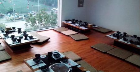 thiết kế lắp đặt bếp lẩu nướng than hoa âm bàn theo kiểu ngồi sập
