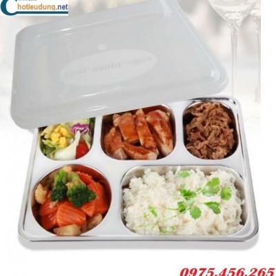 Suat-com-khay-an-inox-5-ngan-cho-cong-nhan-nha-may